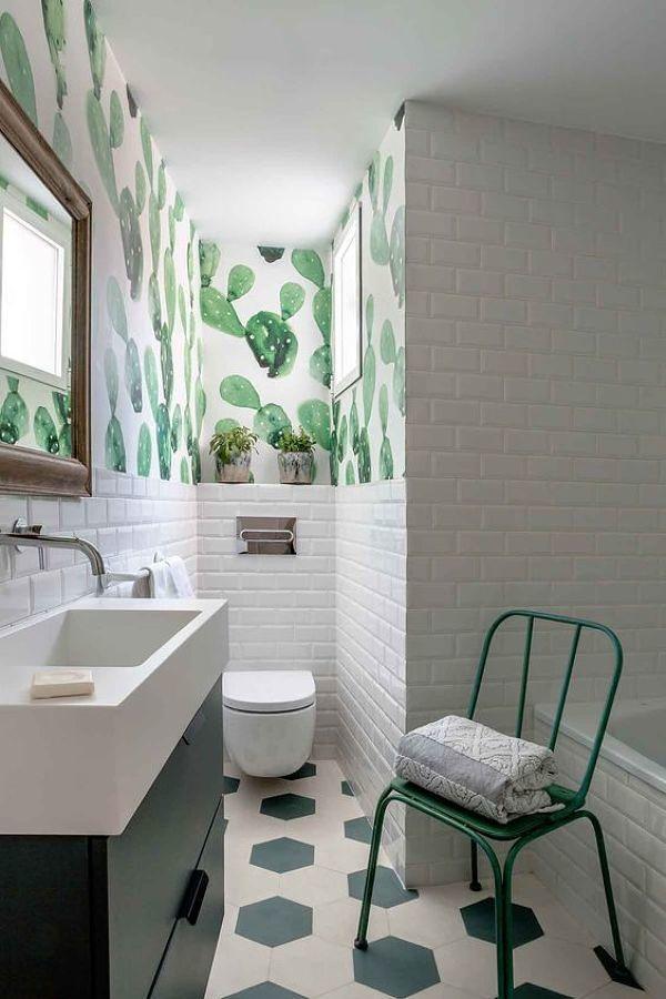 baño con papel pintado y azulejo tipo metro blanco