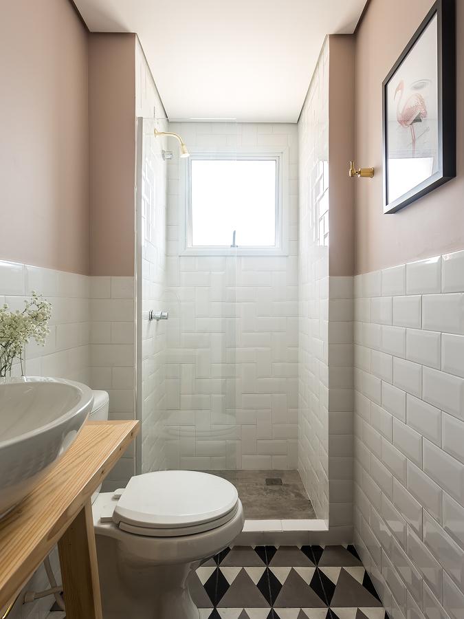 Foto ba o con paredes de azulejo blanco y pintadas de for Banos modernos con walking closet