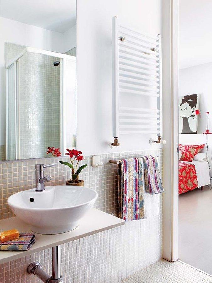 Baño con radiador para toallas