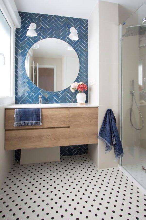 baño con suelo porcelánico