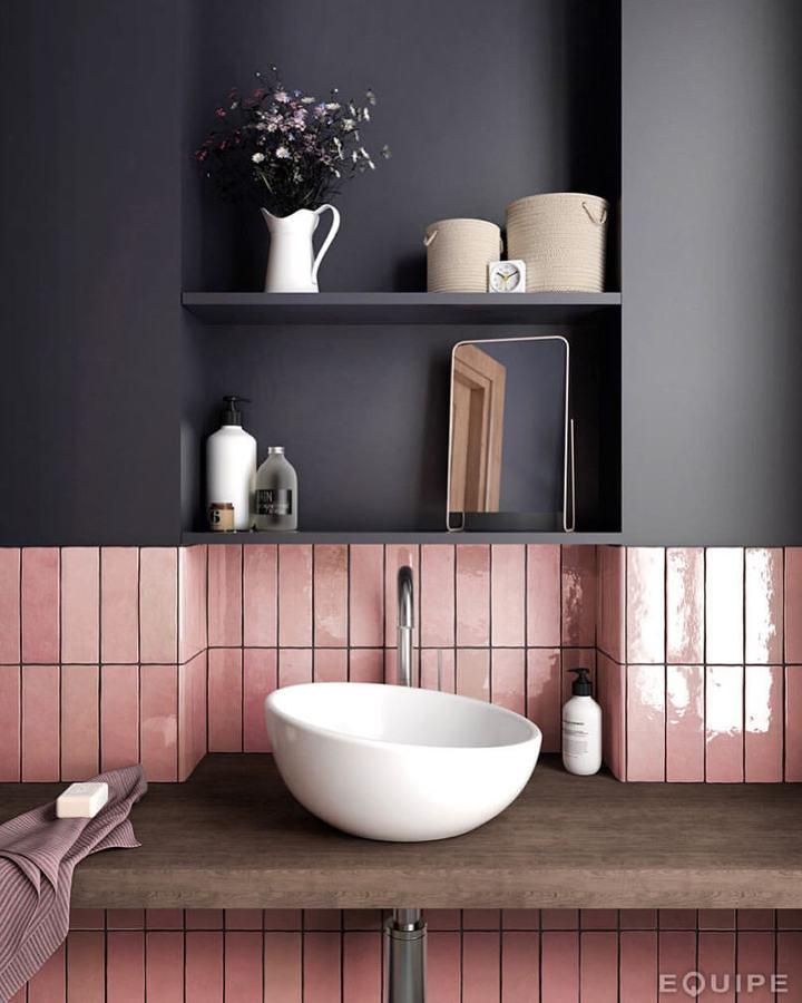 Baño en gris y azulejo en rosa brillante