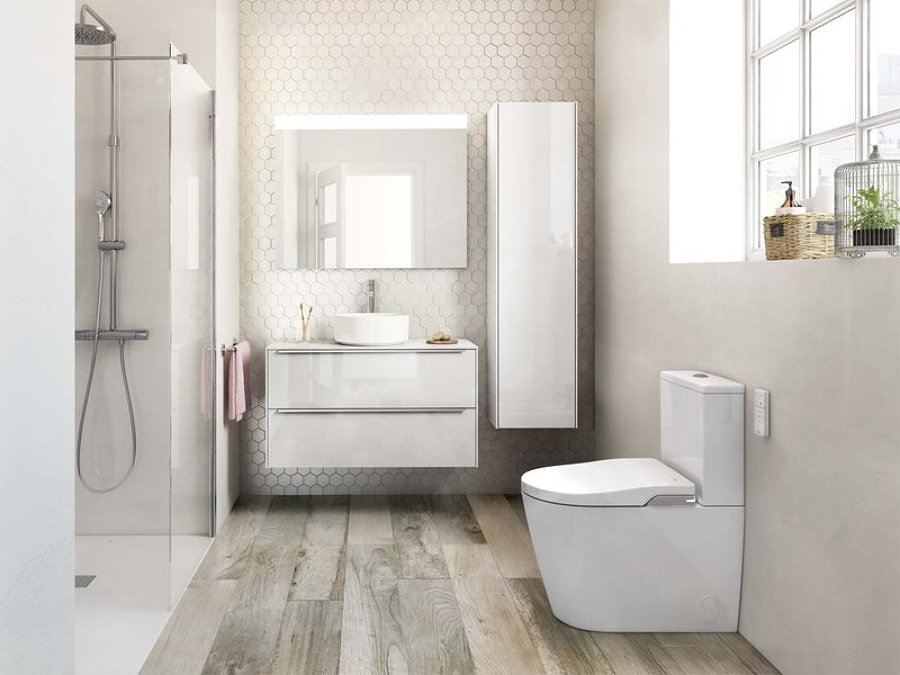 Baño en tonos blancos con muebles suspendidos