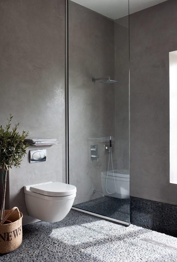 Baño moderno con piso de piedra