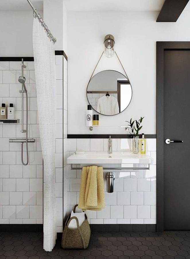 Baño estilo nórdico con regadera y azulejos blancos