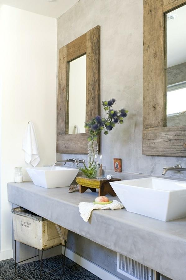 Baño con pared y mueble microcemento