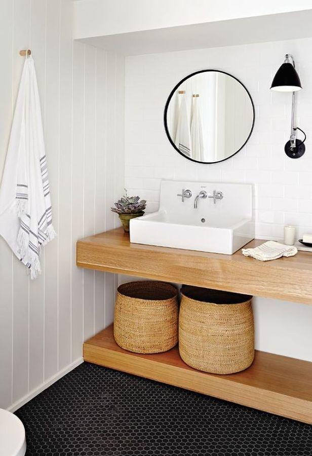 Baño pequeño con muebles de madera