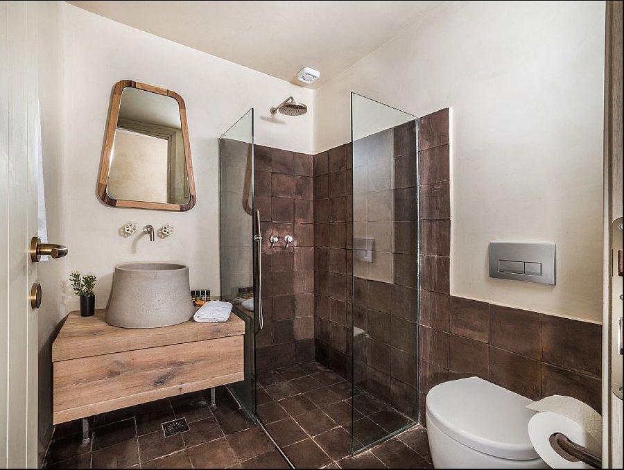 Baño rústico con ducha