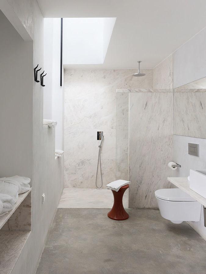 Baño con piso y paredes de microcemento