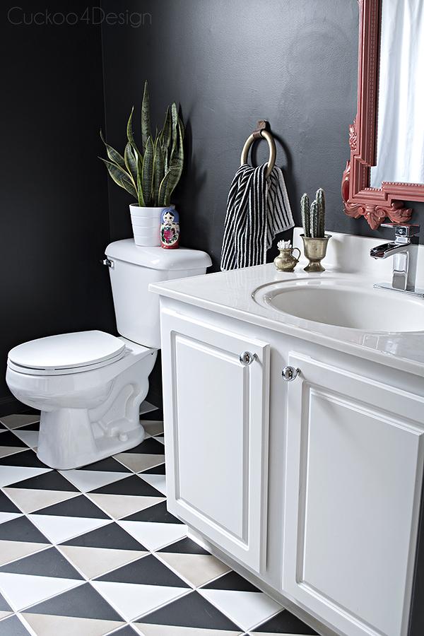 Baño con piso vinílico blanco y negro