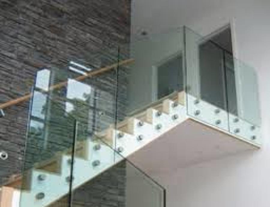 Foto barandal con cristal templado de 9 mm y herrajes en - Escaleras de cristal templado ...