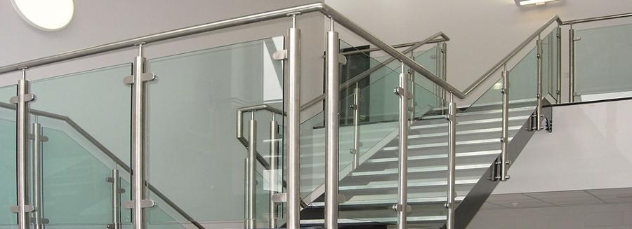 Foto barandal de cristal templado con pasamanos postes y for Escaleras en escuadra
