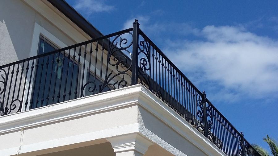 Fabricaci n de barandal de forja para balc n y terraza for Casas con balcon y terraza