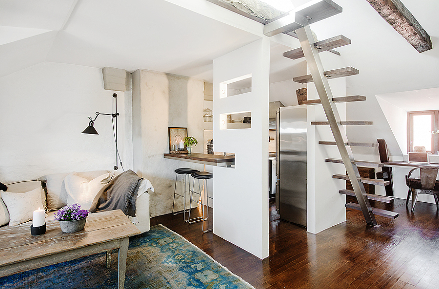 Departamento con escalera y barra de cocina suspendida