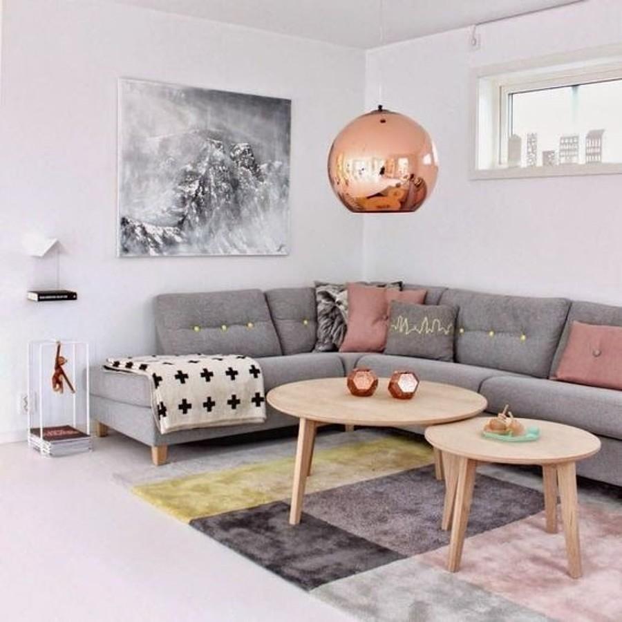 Sala decorada con lámpara y objetos de latón