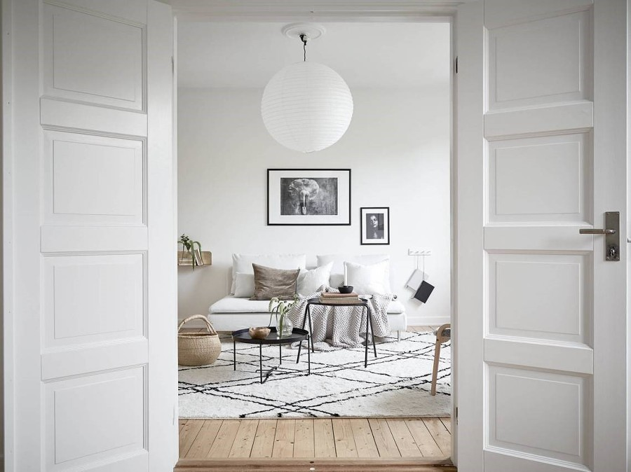 Sala con tapete grande y decoración con cuadros