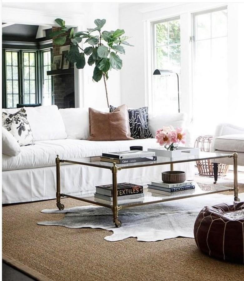 Sala con tapete sobre alfombra grande