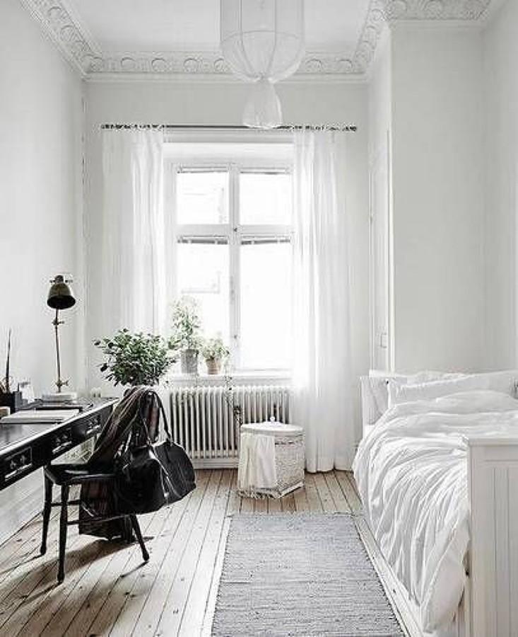 Recámara blanca con cortinas de lino