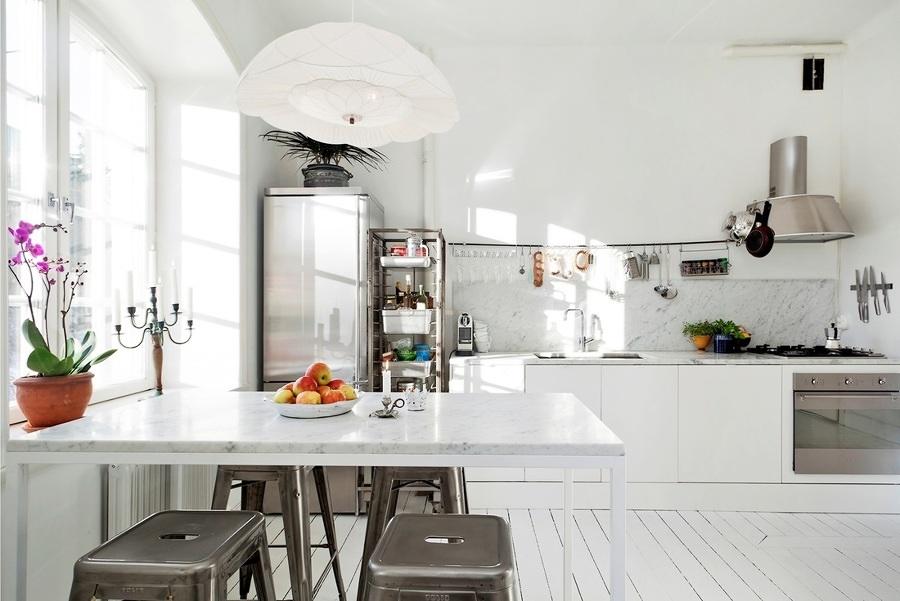 Cocina con barra y mesa de mármol