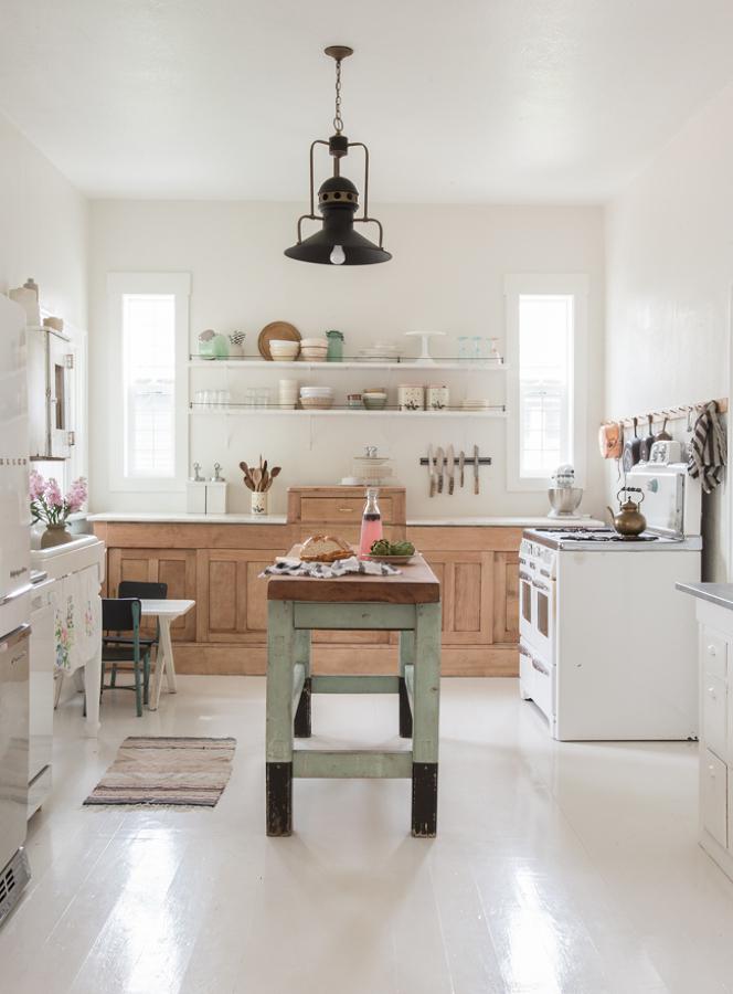 Cocina remodelada con mesa en el centro