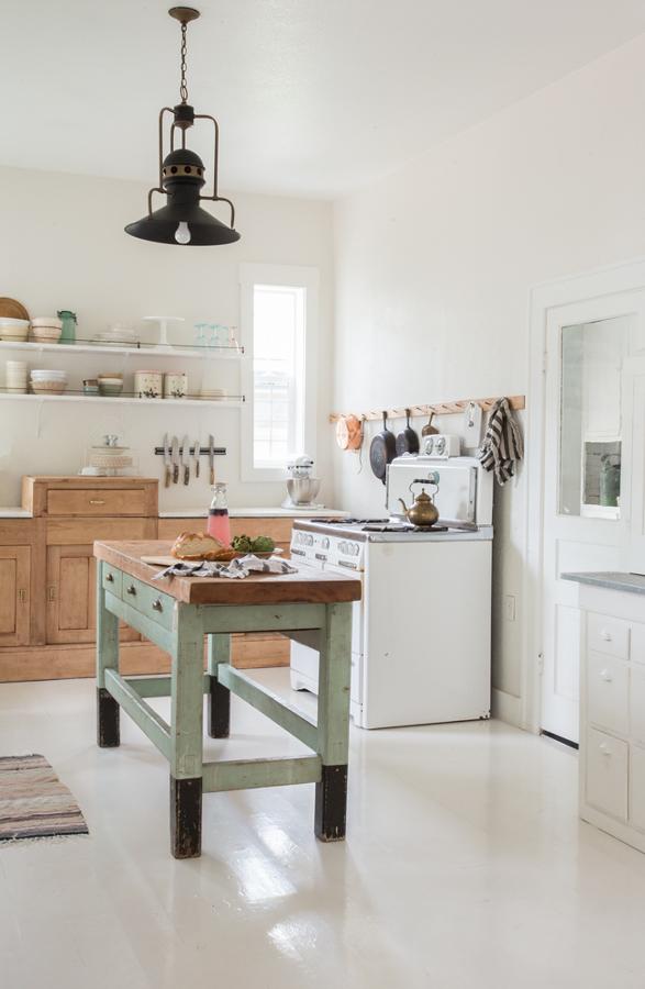 Cocina estilo vintage blanca con mobiliario en tonos pastel