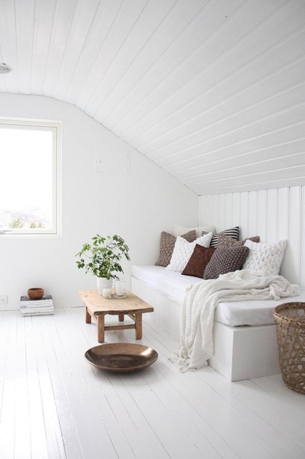 Ático blanco de madera