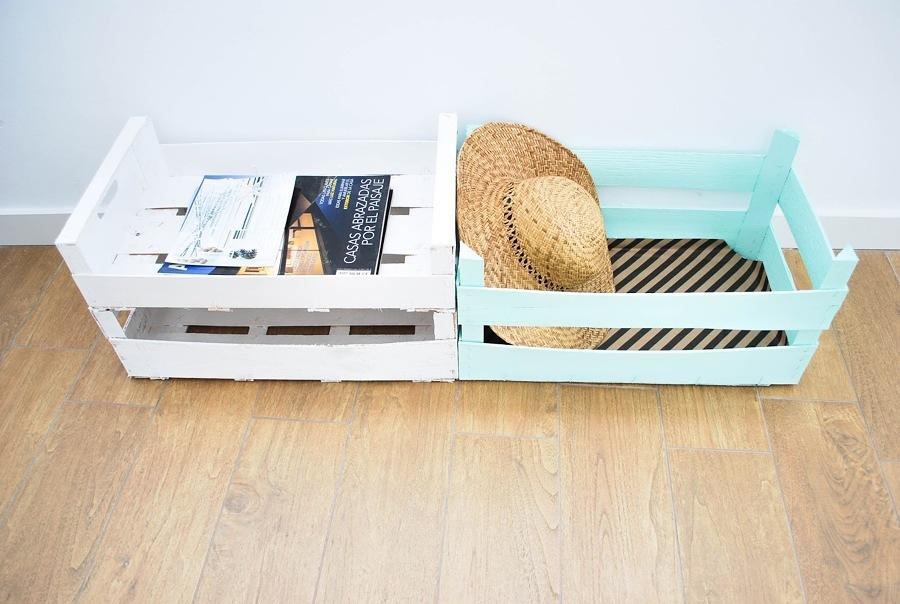 caja de madera azul y blanca