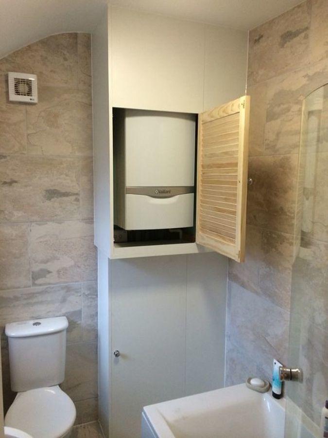 Baño con boiler escondido