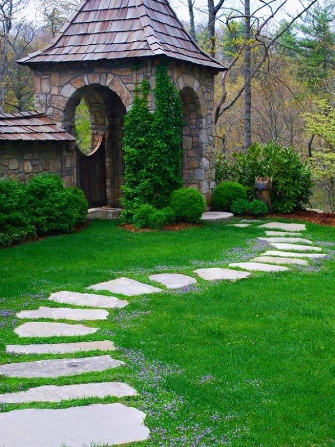 Camino de piedras con pasto natural
