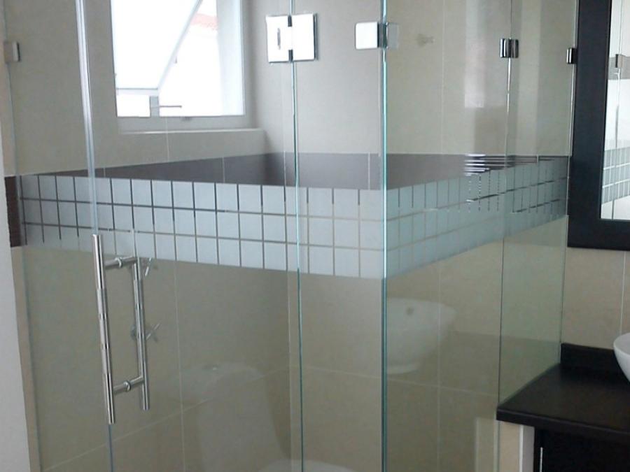 Canceles en baño de cristal templado