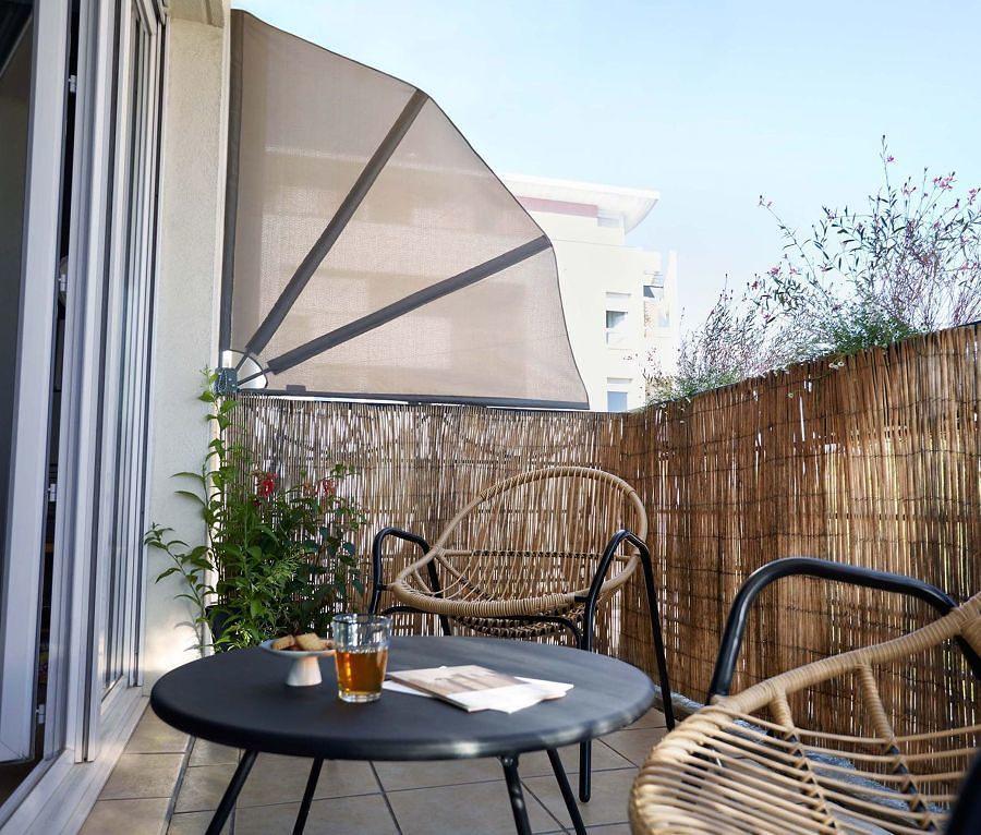 Terraza con valla de carrizo