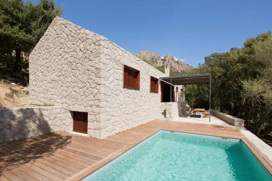 Casa de piedra con alberca