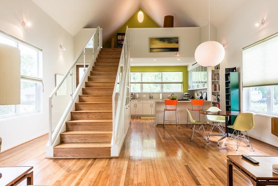Casa con doble altura, piso de madera y mezcla de colores