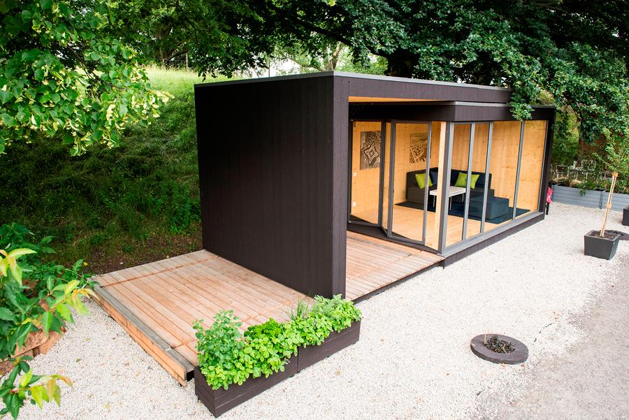 Casa prefabricada con vegetación