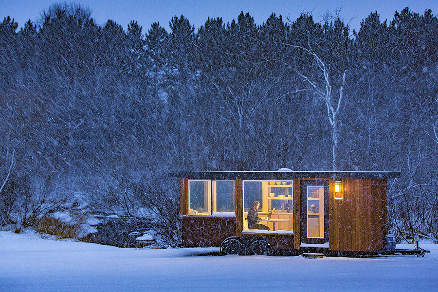 Casa prefabricada de madera en la nieve