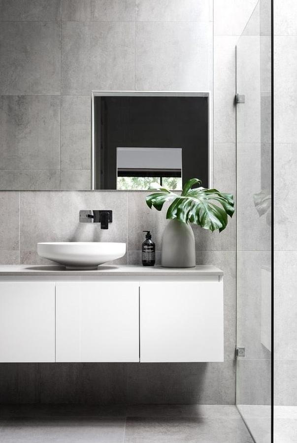 Baño con revestimiento cerámico imitación de concreto