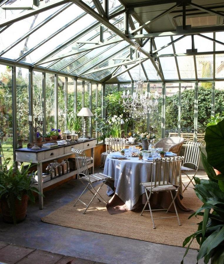 terraza con pérgola de vidrio