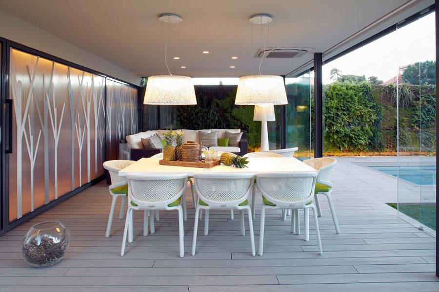 Comedor en la terraza con cerramiento de vidrio