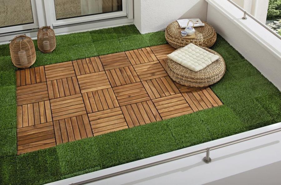 Terraza con pasto sintético y madera