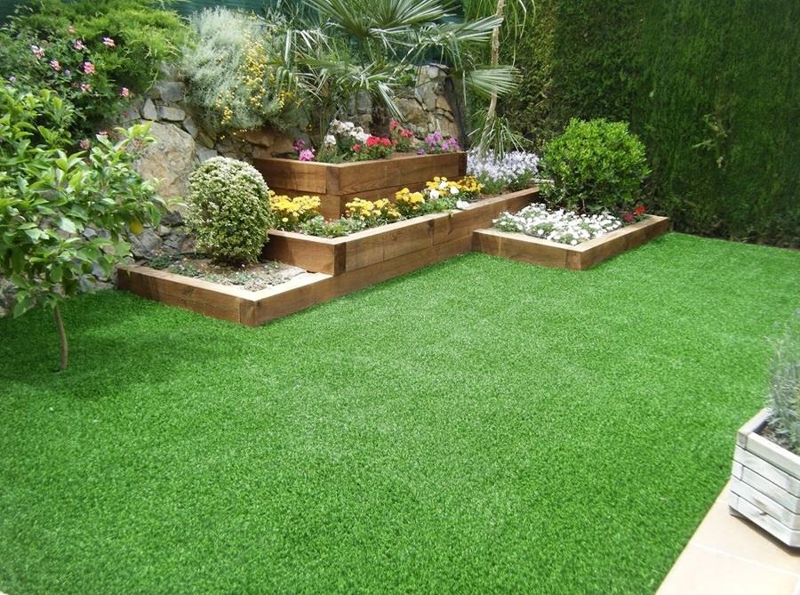 Foto jard n con pasto sint tico y plantas 242408 for Jardines pequenos para exteriores