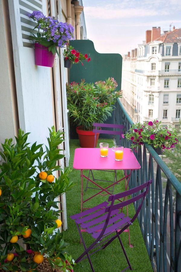 Pasto sintético y plantas en la terraza