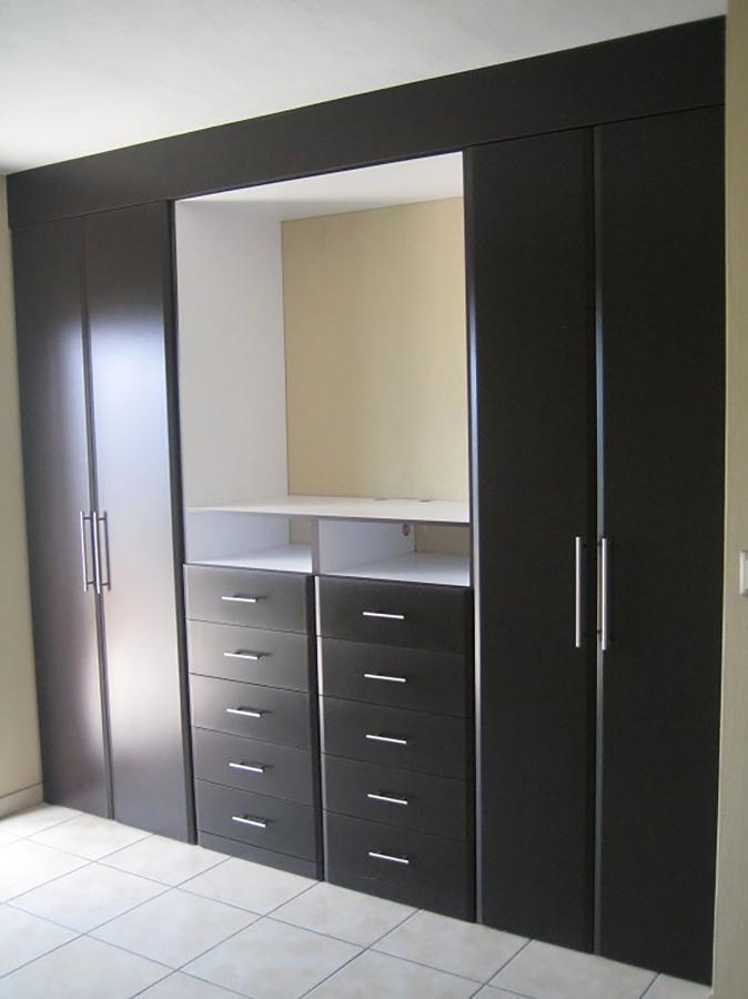 Foto closet cajonera expuesta chocolate de muebles sobre for Disenos de roperos para dormitorios pequenos