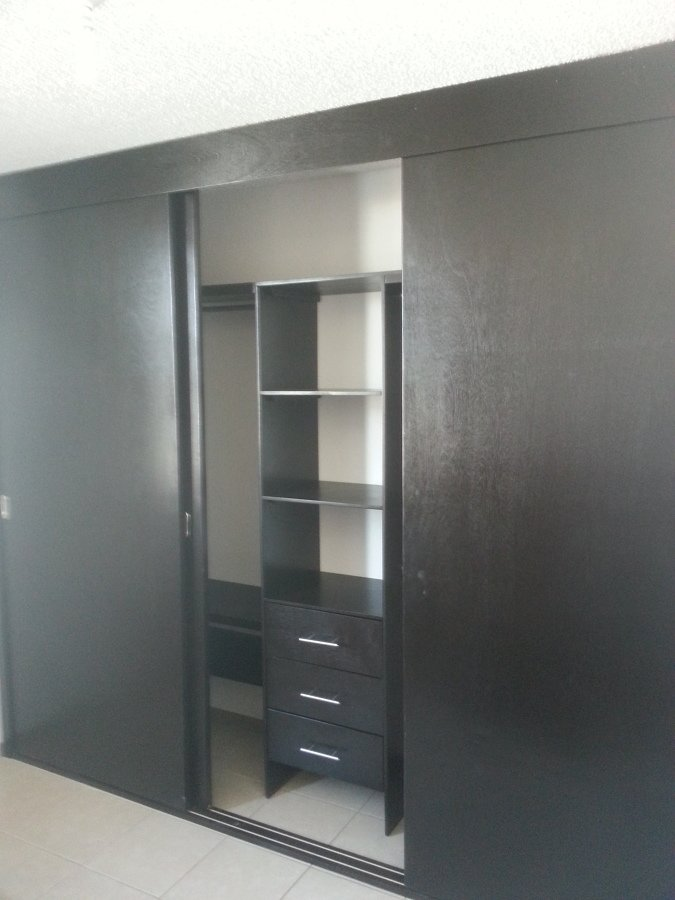 Closets y vestidores ideas carpinteros for Modelos de puertas para closet