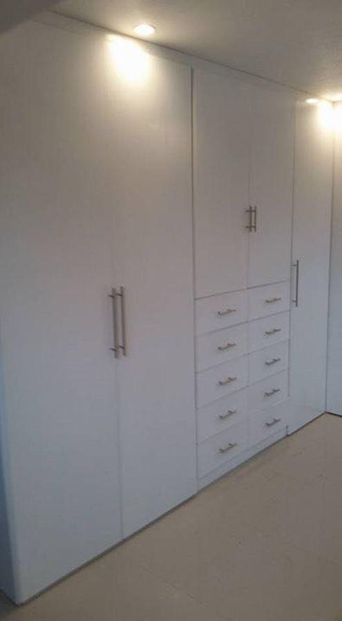 Atractiva  Banos Accesorios Decoracion #3: Closet-en-laca-blanca-de-pared-a-pared-184025.jpg
