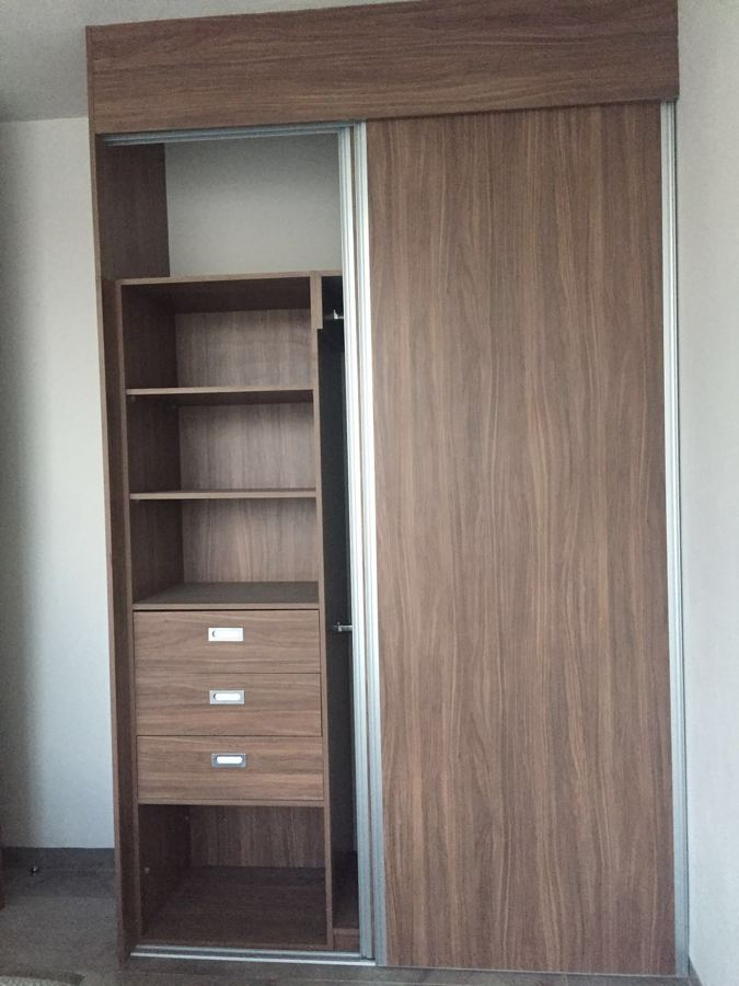 Foto closet en melamina de parota de carpinteria marca for Modelos de zapateras en closet