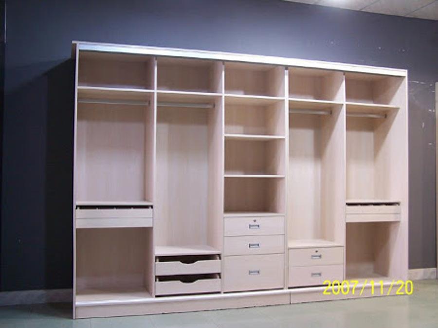 Foto closet laminado de madera de carpinteria residencial for Closet de madera para dormitorios pequenos