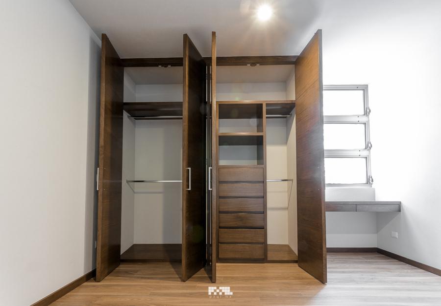Residencia de dos pisos en fraccionamiento solares ideas for Closet de madera modernos pequenos
