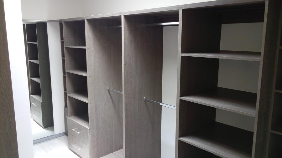 Foto closet y vestidor en recamara principal de sh for Recamaras modernas con closet
