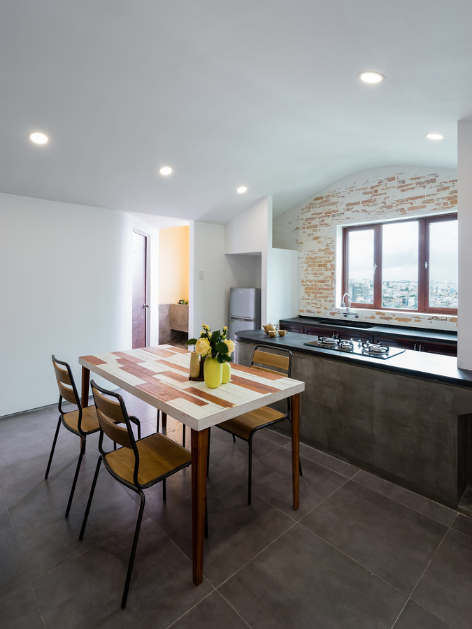 Cocina-comedor con pared de ladrillo