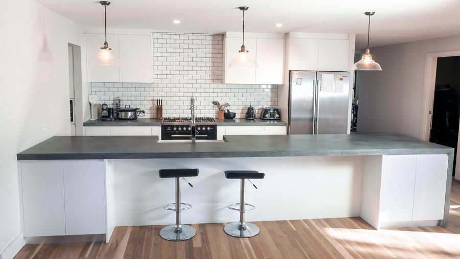Cocina con pared de ladrillo y barra grande