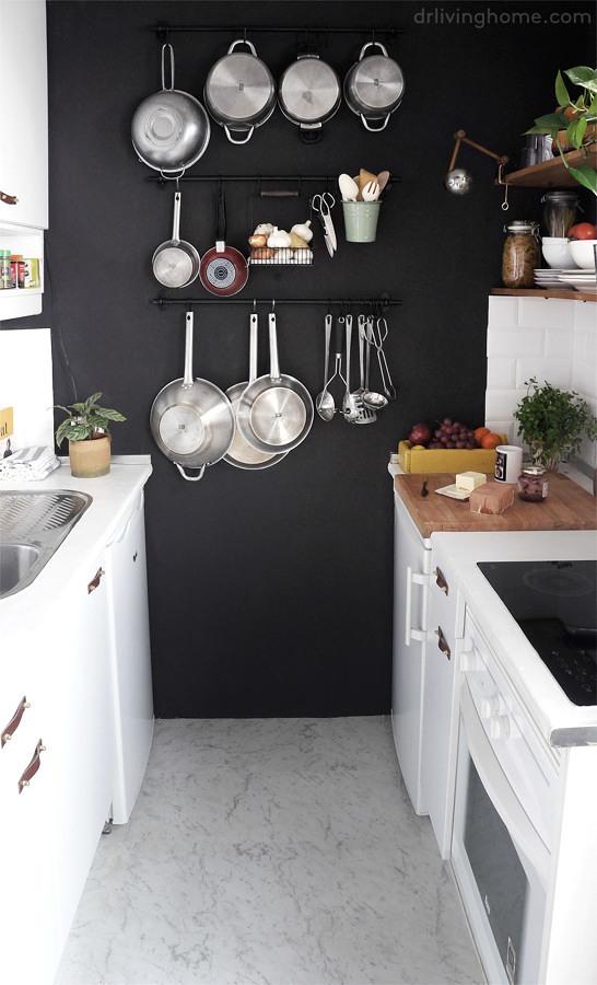 Cocina remodelada con pared negra y piso vinílico